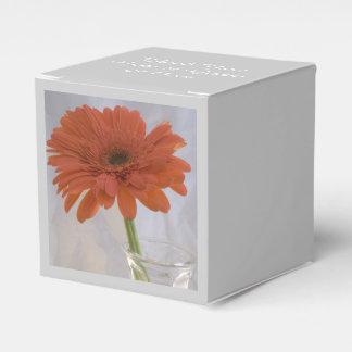 Margarita anaranjada en el boda del florero cajas para regalos