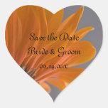 Margarita anaranjada en reserva gris del boda la pegatina en forma de corazón