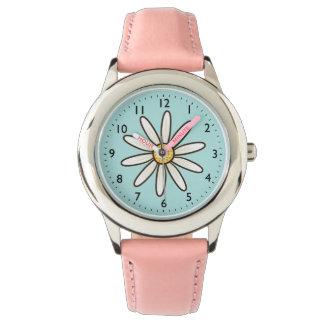Margarita blanca en fondo del azul de la relojes