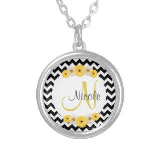 Margarita blanca negra personalizada monograma del collar plateado
