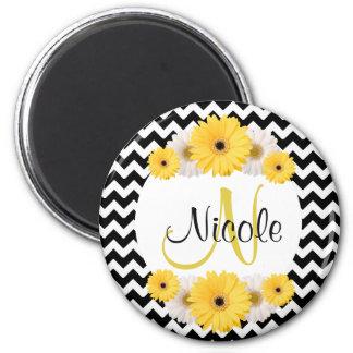 Margarita blanca negra personalizada monograma del imán redondo 5 cm