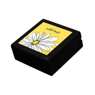 Margarita caprichosa amarilla y blanca con el cajas de joyas