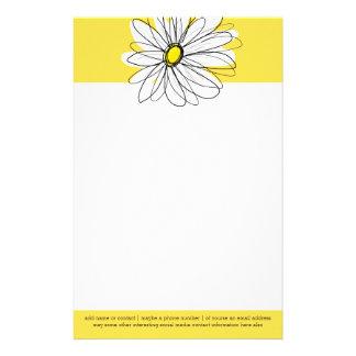 Margarita caprichosa amarilla y blanca con el papelería de diseño