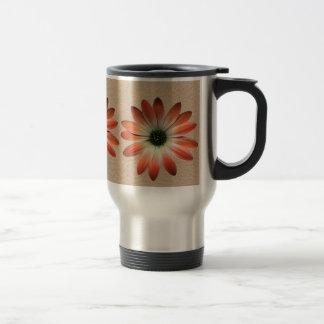 Margarita coralina en la impresión del cuero de taza