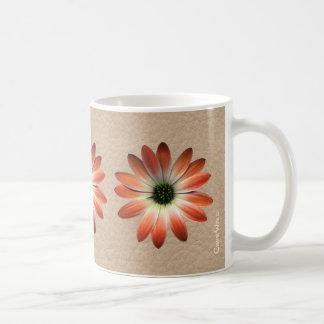 Margarita coralina en la impresión del cuero de tazas de café