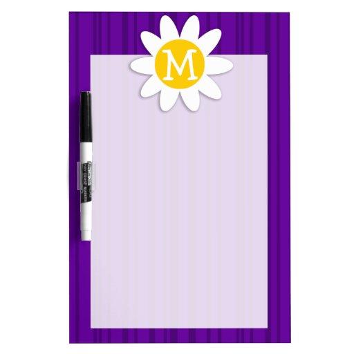 Margarita en rayas verticales violetas oscuras tableros blancos