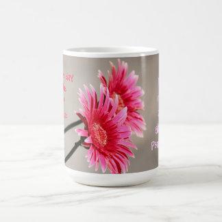 Margarita floral, rosada en cita gris a partir del taza