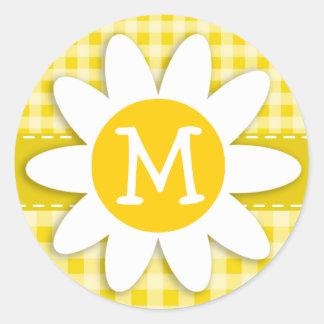 Margarita linda en la guinga amarilla de oro etiqueta redonda