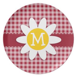 Margarita linda en la guinga del rojo del carmín;  platos para fiestas