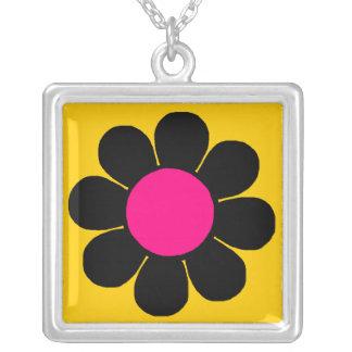 Margarita retra del flower power del estallido collar