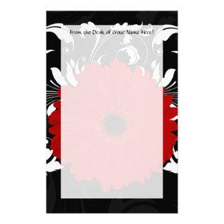 Margarita roja brillante del Gerbera en negro Papeleria De Diseño