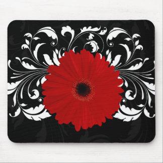 Margarita roja brillante del Gerbera en negro Tapete De Raton