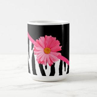 Margarita rosada femenina del modelo de la cebra taza