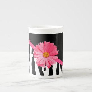 Margarita rosada femenina del modelo de la cebra taza de porcelana