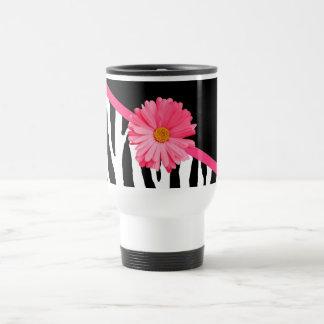 Margarita rosada linda del modelo femenino de la taza térmica