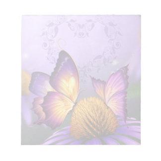 Margarita y libreta púrpuras de las mariposas bloc