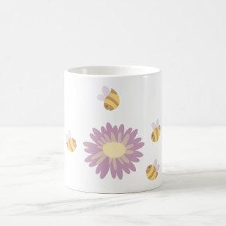 Margarita y taza rosadas de las abejas