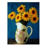 Margaritas amarillas atractivas en jarro postal