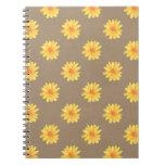 Margaritas amarillas en el cuaderno del papel de K