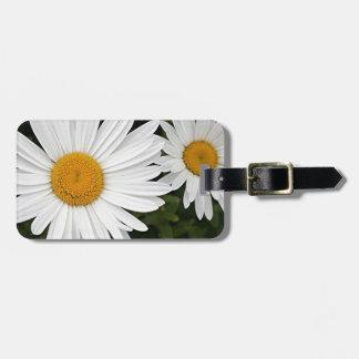 Margaritas amarillas y blancas: flores en la flora etiqueta para maleta