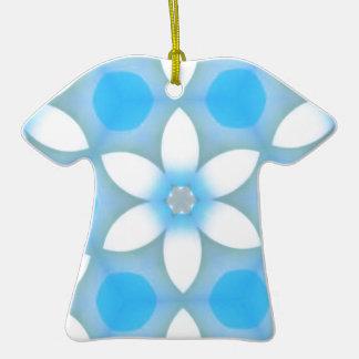 Margaritas azules blancas en hexágonos adorno de cerámica en forma de camiseta