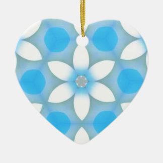 Margaritas azules blancas en hexágonos adorno de cerámica en forma de corazón