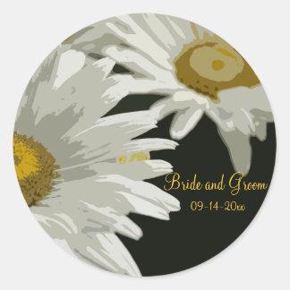 Margaritas blancas del jardín que casan los sellos pegatina redonda