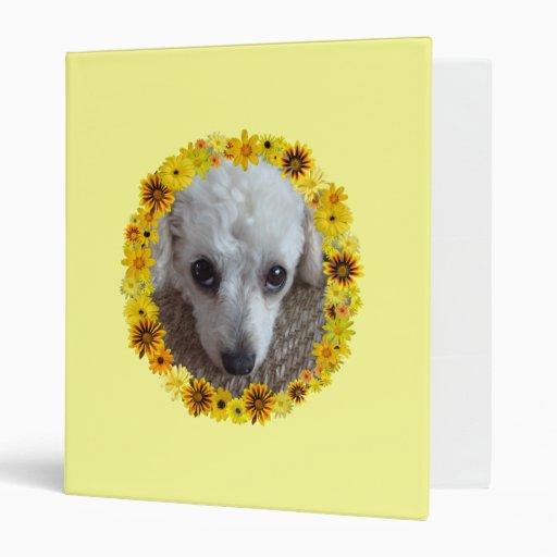 "Margaritas blancas del perro de caniche de la taza carpeta 1"""