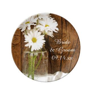 Margaritas blancas del tarro de albañil que casan plato de cerámica