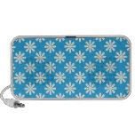 Margaritas blancas en fondo de los azules cielos laptop altavoz
