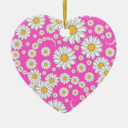 Margaritas blancas en fondo rosado brillante adorno navideño de cerámica en forma de corazón