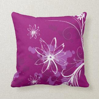 Margaritas blancas en púrpura almohada
