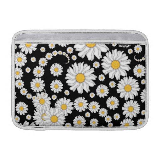 Margaritas blancas lindas en fondo negro funda  MacBook