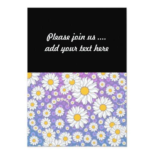 Margaritas blancas lindas en fondo púrpura azul invitación 12,7 x 17,8 cm