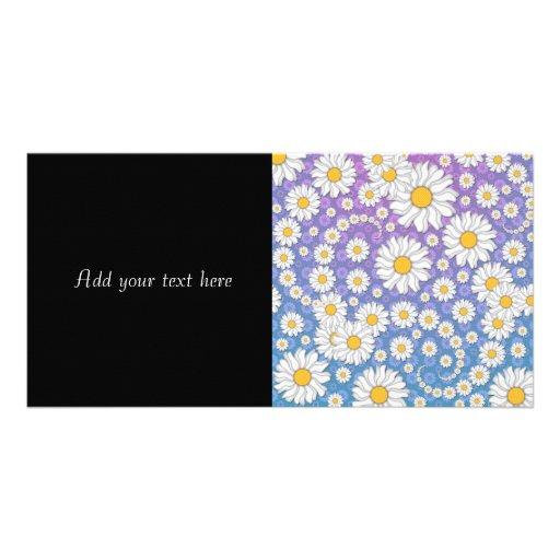 Margaritas blancas lindas en fondo púrpura azul tarjetas fotográficas personalizadas