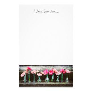 Margaritas de las rosas fuertes en floreros  papeleria de diseño