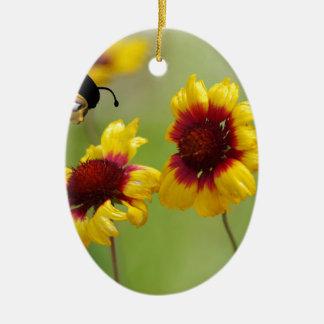 Margaritas del Mt. Shasta y abeja de Nonzomb Adorno Navideño Ovalado De Cerámica
