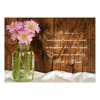 Margaritas del rosa del tarro de albañil que casan tarjetas de visita grandes