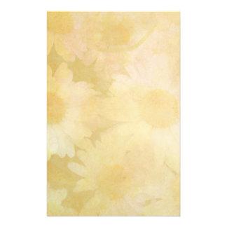 Margaritas en un fondo amarillo descolorado  papeleria de diseño