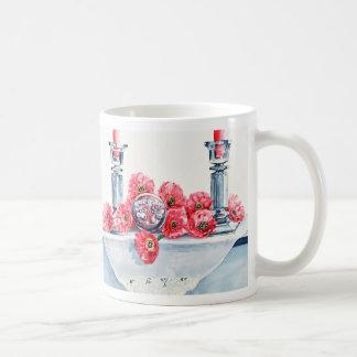 Margaritas rosadas y taza cristalina