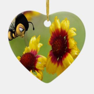 Margaritas y abeja de Shasta Adorno Navideño De Cerámica En Forma De Corazón