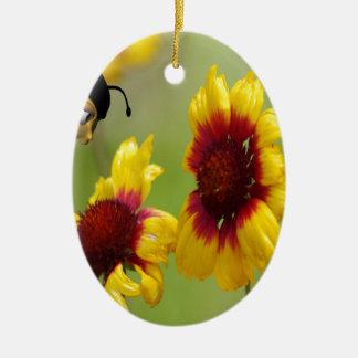 Margaritas y abeja de Shasta Adorno Navideño Ovalado De Cerámica