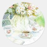 Margaritas y tulipanes y té pegatina redonda