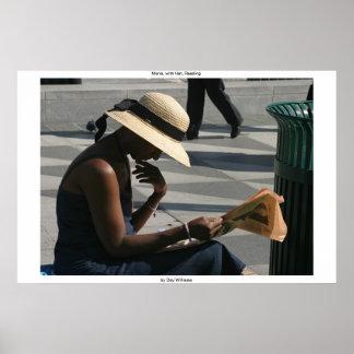 Maria, con el gorra, leyendo póster