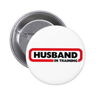 Marido en el entrenamiento - regalo del el día de  pin redondo de 2 pulgadas