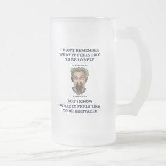 Marido irritado del viejo hombre taza de café
