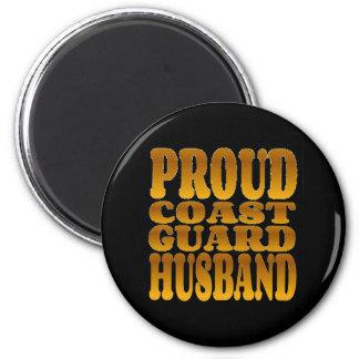 Marido orgulloso del guardacostas en oro imán redondo 5 cm