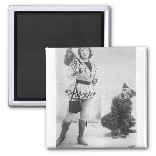 Marie Lloyd como Dick Whittington en 1898 Imán Cuadrado