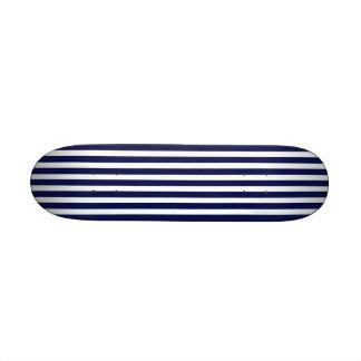 Marina de guerra náutica y rayas blancas de la tabla de patinar