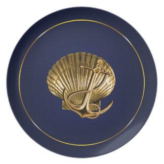 Marina de guerra y oro náuticos anclados del plato de comida